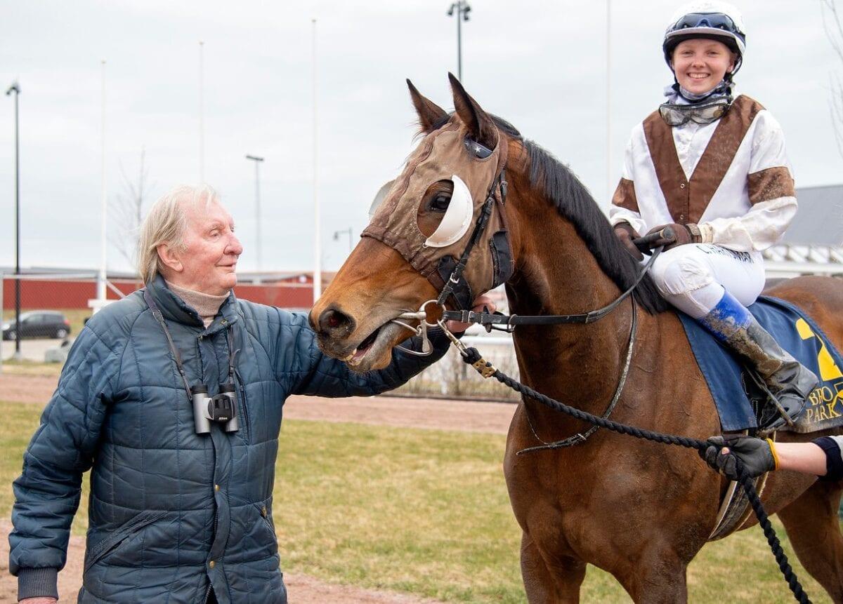 En av vinnarna vid vårpremären på Bro Park i fjol var Claes Björling, som här ses med sin Allhallowtide (Cornelia Hartsmar). Claes fortsätter verksamheten även i år. Foto Elina Björklund/Svensk Galopp