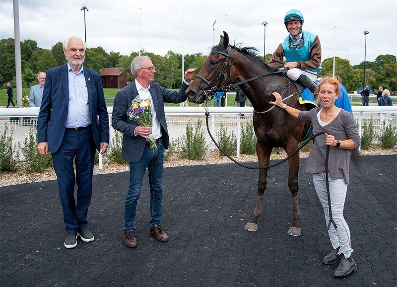 Jockeyklubbens ordförande Jan Kleerup tränare Sören Jensen och jockey Oliver Wilson med Good Fortune