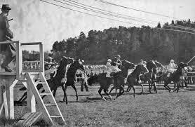 Så här gick starterna till förr inom galoppen. Det vill säga före 1962 då startboxarna introducerades, mycket på grund av Björn Zachrissons initiativ. Foto Erik Andersson.