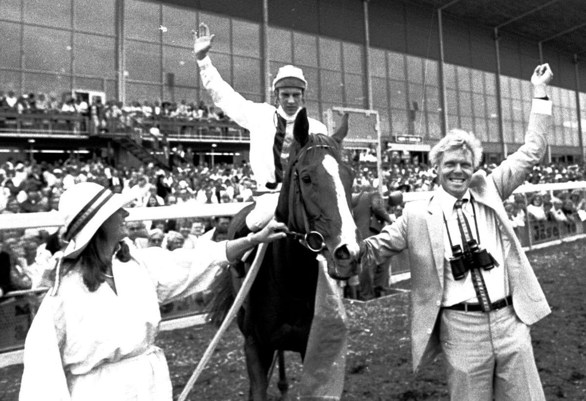 Bengt och Heddi Böckman jublar efter segern i Svenskt Derby 1982 på Stefan Uppströms bild.