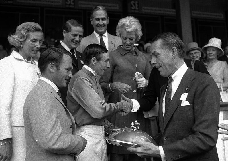 Prisutdelning efter 1970 års Danska Derby, som vanns av Stall Skageraks Soames, riden av Jack Egan (i mitten) och tränad av Benny Jensen (nere till vänster). Bakom ses fru Ramel, Otto Thott,  Carl De Geer, fru Thott och längst fram Malte Ramel.